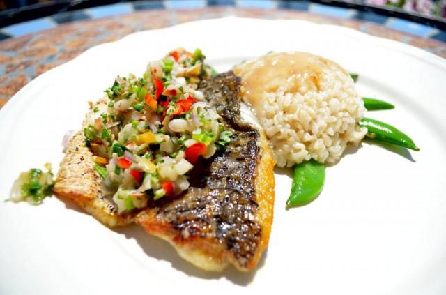 דג ברמונדי מזוגג בלי'צי, עם סלסת ליצ'י ליים ונענע
