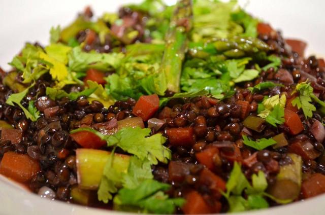 תבשיל אסייתי עם עדשים שחורות ואספרגוס