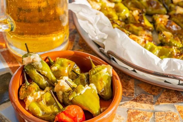 פילפלוני פדרון ממולאים ליד כוס בירה